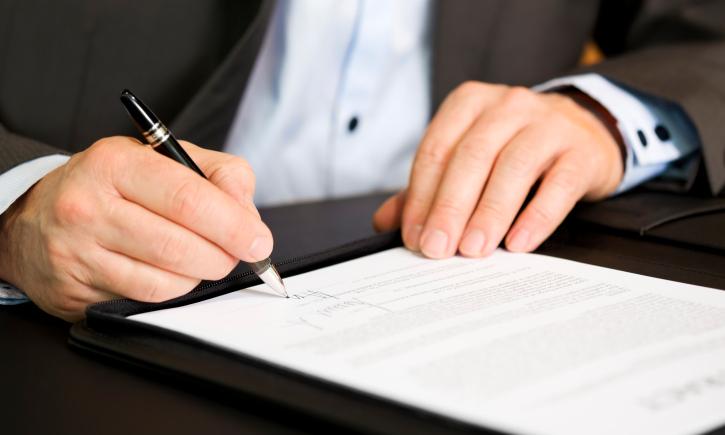 Incasso di assegni con firma falsa: la domanda risarcitoria soggiace al termine di prescrizione decennale